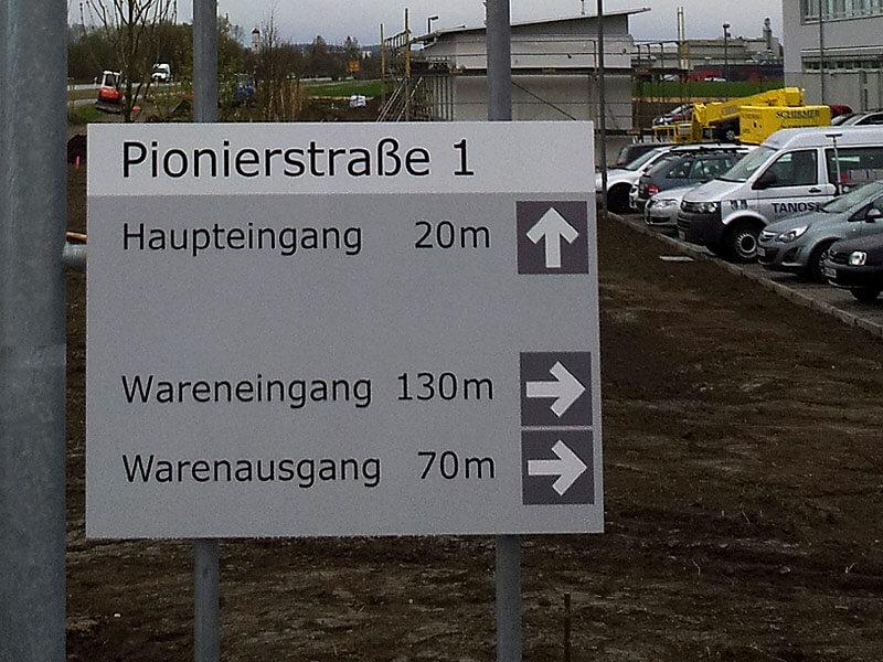 Wegleitsysteme - Pylone & Displays